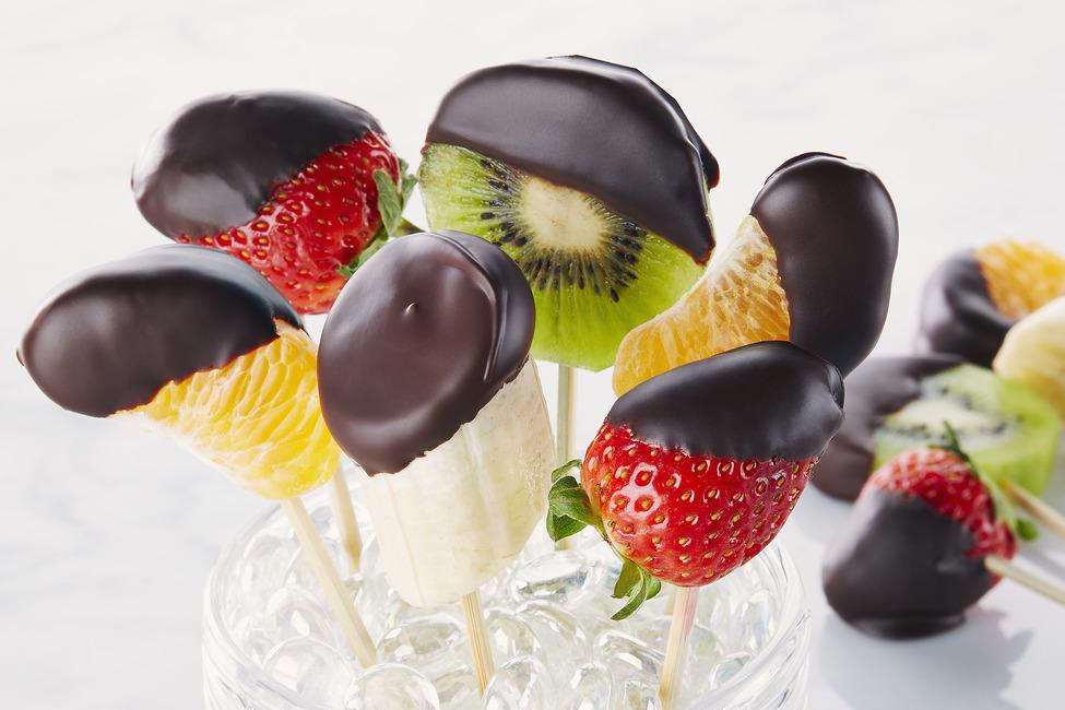 owoce w czekoladzie - menu na urodziny w lecie
