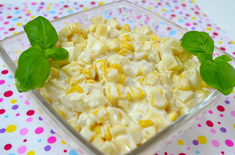 Przepisy na przekąski imprezowe - serowa sałatka